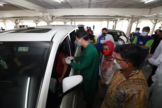Menkominfo Tinjau Sentra Vaksin Indonesia Bangkit, 5.700 Warga Sudah Divaksin (262932)