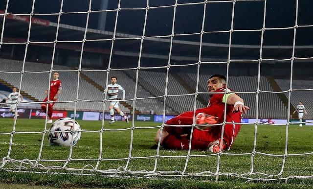 Sepatu Pemain Timnas Serbia yang Gagalkan Gol Ronaldo Dilelang untuk Amal (99937)
