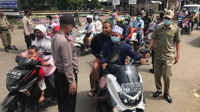 Pelayat Abuya Uci Diminta Tak Datang untuk Cegah Kerumunan, Polisi Sekat Jalan (200999)