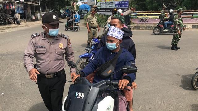 Pelayat Abuya Uci Diminta Tak Datang untuk Cegah Kerumunan, Polisi Sekat Jalan (201000)