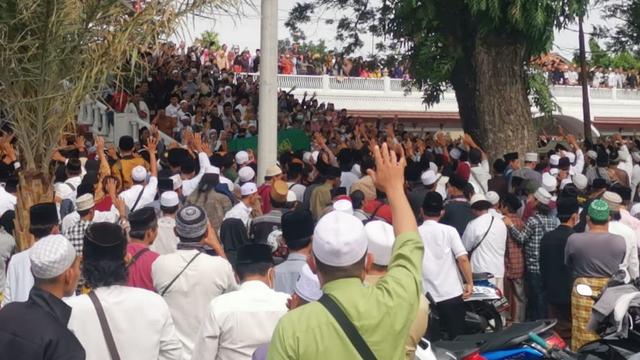 Jemaah Memadati Pemakaman Abuya Uci di Tangerang (432411)