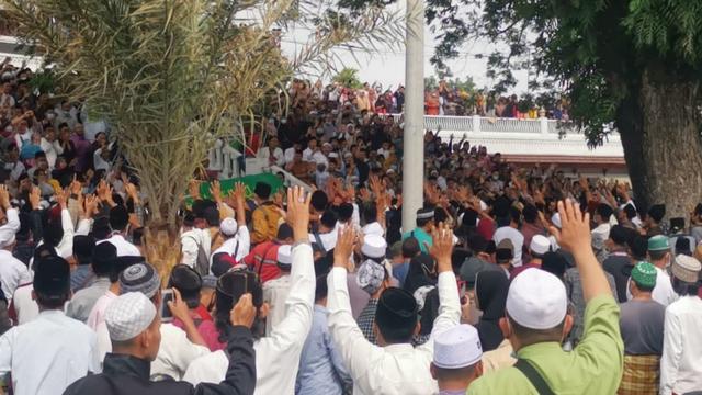 Jemaah Memadati Pemakaman Abuya Uci di Tangerang (432410)