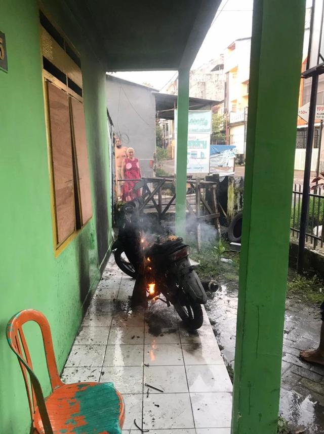 Asrama Mahasiswa di Makassar Dilempari Bom Molotov, Motor Hangus Terbakar (124309)