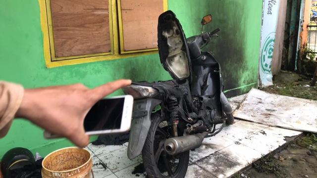 Asrama Mahasiswa di Makassar Dilempari Bom Molotov, Motor Hangus Terbakar (124310)