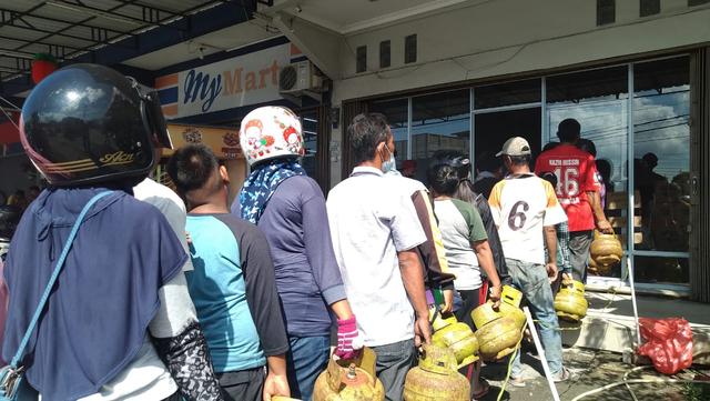 Warga di Karimun Rela Antre demi Dapatkan LPG 3 KG yang Kian Langka (380155)