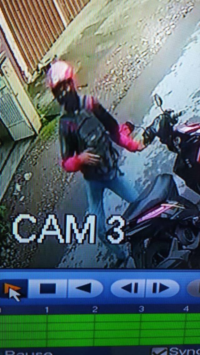 Detik-detik 2 Pelaku Lempar Bom Molotov ke Asrama Mahasiswa di Makassar (123337)