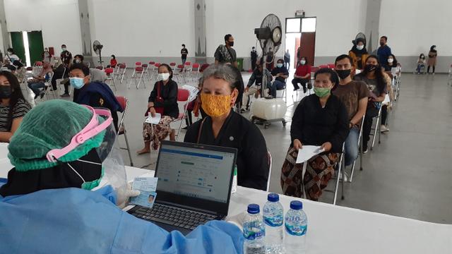 500 Abdi Dalem Keraton Yogyakarta Divaksin Corona (45725)