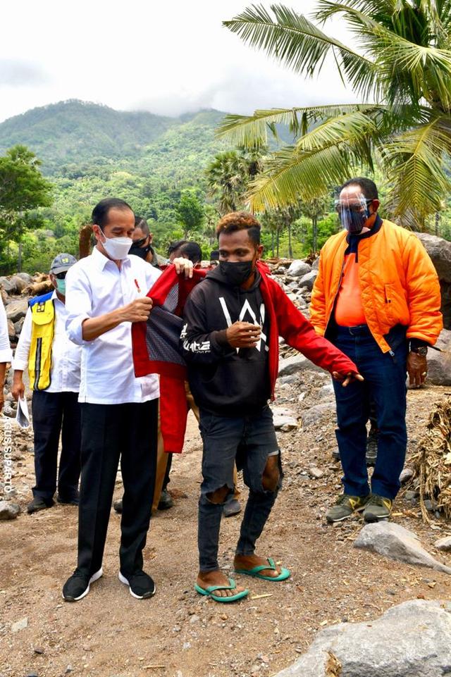 Momen Jokowi Berikan Jaket Miliknya untuk Pemuda NTT Korban Banjir Bandang (219813)