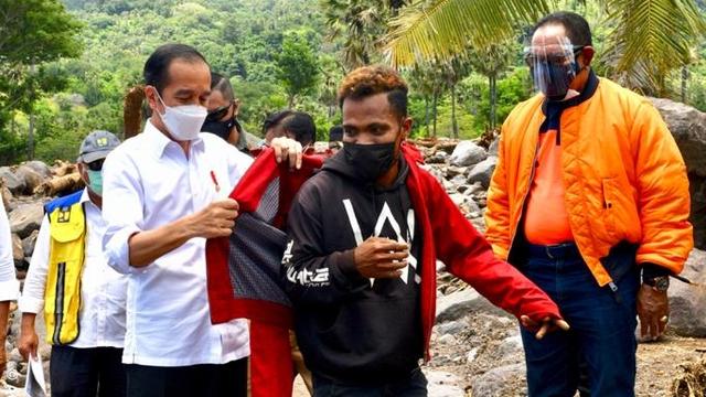 Momen Jokowi Berikan Jaket Miliknya untuk Pemuda NTT Korban Banjir Bandang (219814)