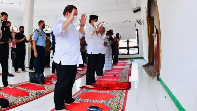 Momen Jokowi Berikan Jaket Miliknya untuk Pemuda NTT Korban Banjir Bandang (219815)