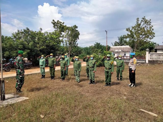 Babinsa dan Babinkamtibmas bersinergi Beri Pelatihan PBB ke Linmas (46328)