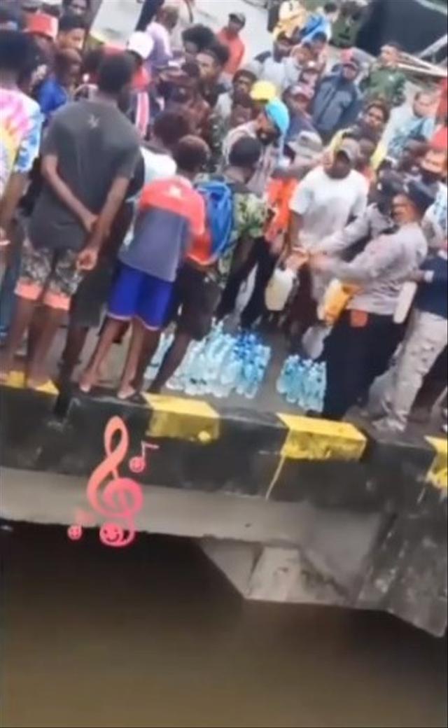 Viral Polisi di Papua Musnahkan Miras, Botol Plastiknya Malah Dibuang ke Laut (62523)