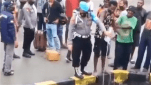 Viral Polisi di Papua Musnahkan Miras, Botol Plastiknya Malah Dibuang ke Laut (62524)