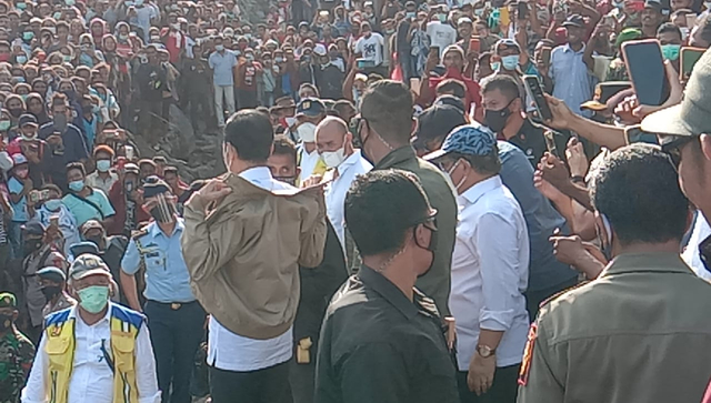 Teriak Jokowi 3 Periode, Warga Adonara Dihadiahi Jaket yang Dipakai Jokowi