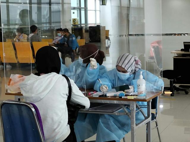 Mahasiswa Unusa Bantu Screening Penumpang di Bandara Internasional Juanda (29413)
