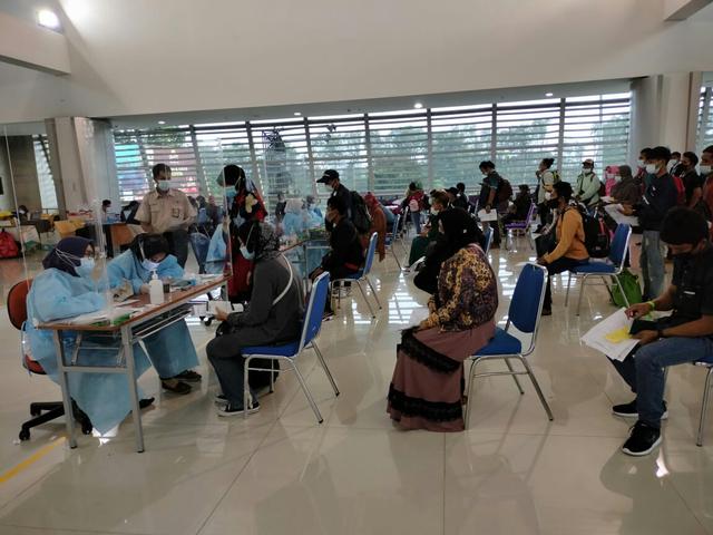 Mahasiswa Unusa Bantu Screening Penumpang di Bandara Internasional Juanda (29414)