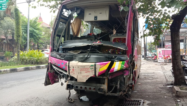 Hindari Pejalan Kaki, Bus Tiara Mas Tabrak Truk Tronton di Malang (343326)