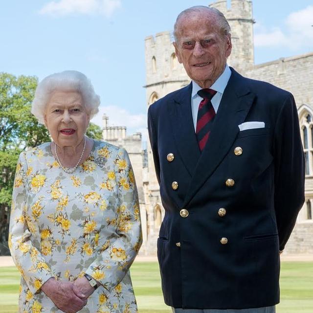 Ratu Elizabeth II Tanam Mawar Philip untuk Rayakan Ultah Mendiang Suami (331443)