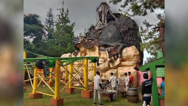 Patung Gorila Raksasa di Jatim Park 2 Runtuh Akibat Gempa Malang (18570)