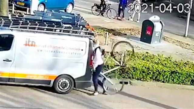 Naik Sepeda Sambil Main Ponsel, Pria Ini Tabrak Mobil yang Parkir (397963)