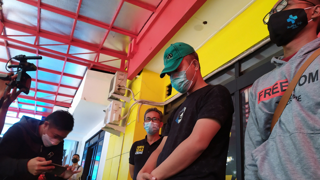 Heboh Pria di Bandung Acungkan dan Tembakkan Pistol di Pasar Caringin  (501076)