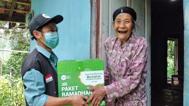 IZI Jawa Barat Bagikan Paket Ramadhan di 6 Titik Kota Kabupaten di Jawa Barat (130631)
