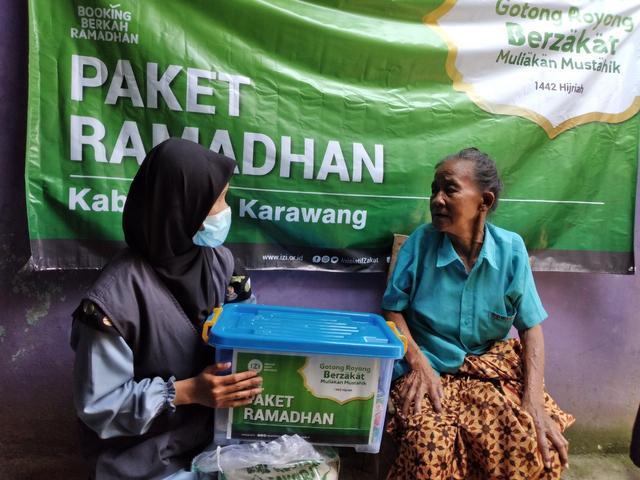 IZI Jawa Barat Bagikan Paket Ramadhan di 6 Titik Kota Kabupaten di Jawa Barat (130632)