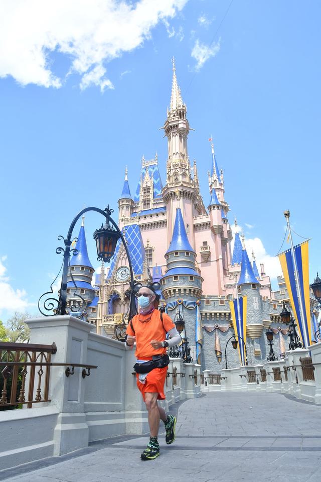 Pecahkan Rekor, Kakek Ini Lari Ribuan Km dari Disneyland ke Disney World (126272)