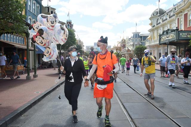 Pecahkan Rekor, Kakek Ini Lari Ribuan Km dari Disneyland ke Disney World (126276)