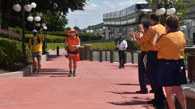 Pecahkan Rekor, Kakek Ini Lari Ribuan Km dari Disneyland ke Disney World (126274)