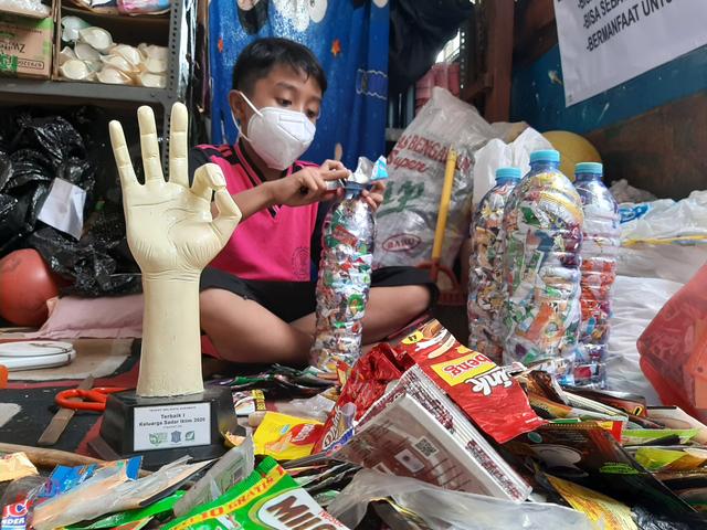 Siswa SD di Surabaya, Olah 450 kg Limbah Plastik jadi Ecobrik untuk Dinding (56318)