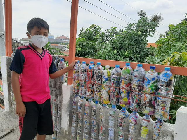 Siswa SD di Surabaya, Olah 450 kg Limbah Plastik jadi Ecobrik untuk Dinding (56319)