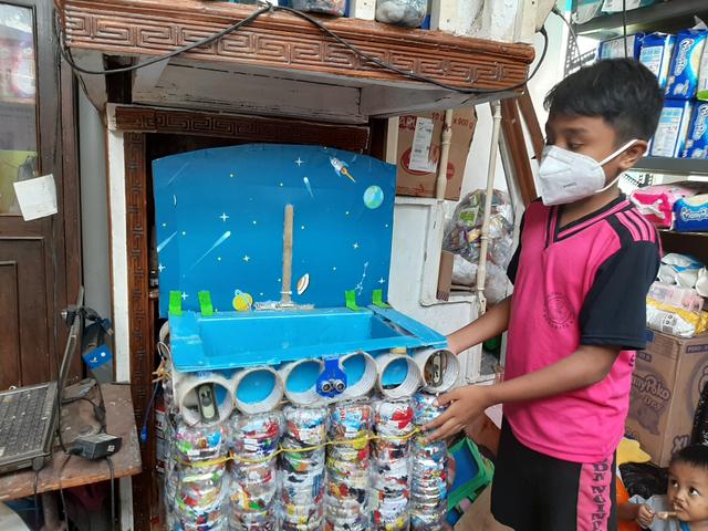 Siswa SD di Surabaya, Olah 450 kg Limbah Plastik jadi Ecobrik untuk Dinding (56320)