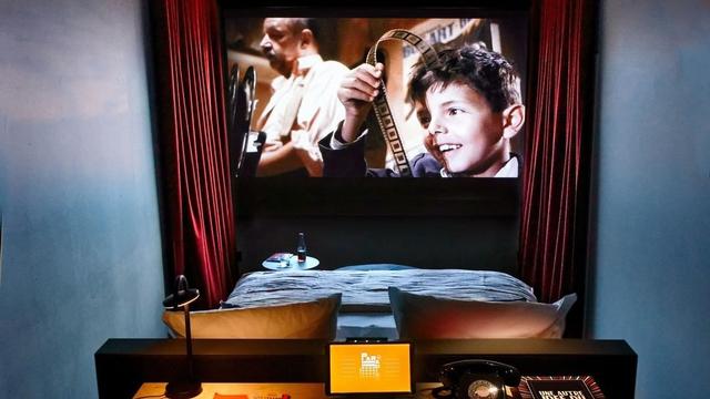 Unik! Hotel di Paris Ini Tawarkan Sensasi Menginap Sambil Nonton Bioskop (91433)