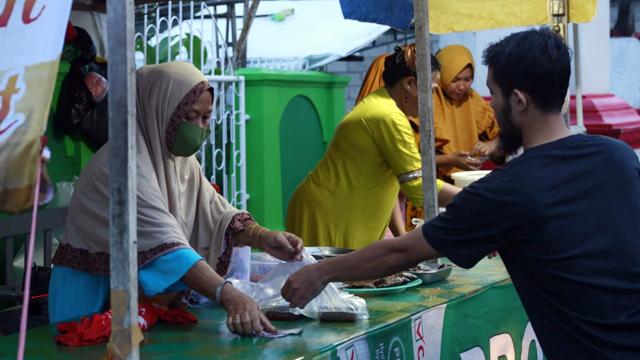 Pasar Ramadhan di Manado Padat Pembeli, Berburu Takjil dan Makanan Berbuka Puasa (316651)