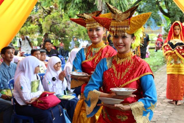 Yuk, Mengenal Pola Lantai Tari Piring yang Merupakan Kesenian Khas Minangkabau (105319)