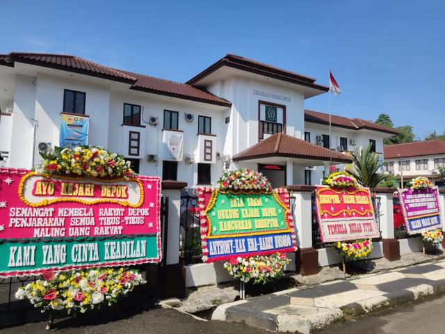Deretan Karangan Bunga dari Warga Dukung Sandi Ungkap Kasus Korupsi Damkar Depok (441674)