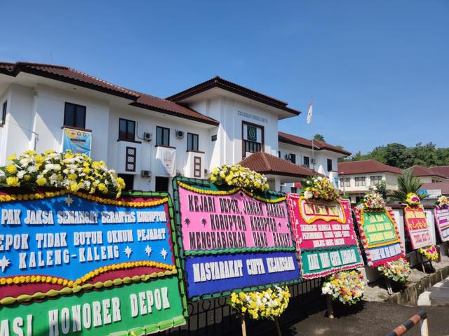 Deretan Karangan Bunga dari Warga Dukung Sandi Ungkap Kasus Korupsi Damkar Depok (441676)