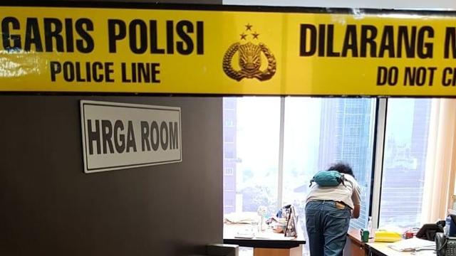 Kaca di Gedung Sovereign Plaza Berlubang, Diduga karena Peluru Nyasar (9296)