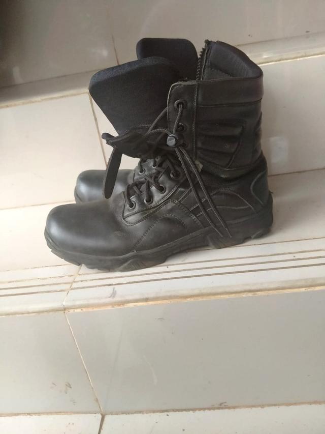 Melihat Sepatu PDL Damkar Depok yang Dipersoalkan Sandi Ada Dugaan Unsur Korupsi (1030134)