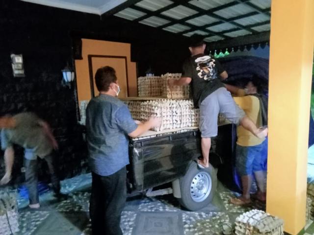 Pengusaha Semarang Kirim 1 Ton Telur dan 100 Kardus Air Minum untuk Gempa Malang (454044)
