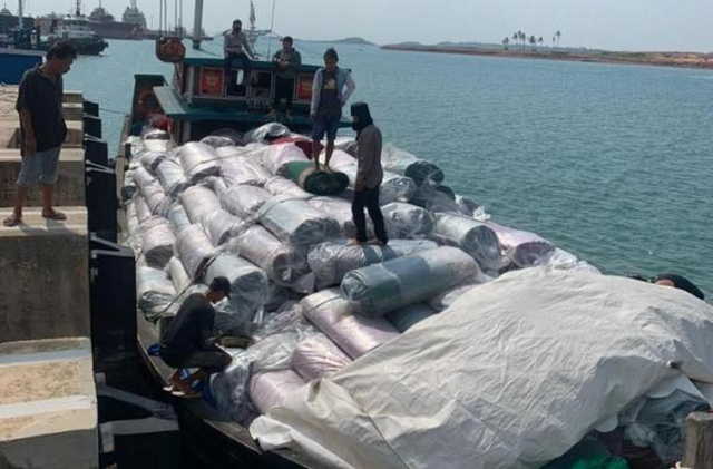 Bea Cukai Batam Amankan Kapal Muatan Karpet Ilegal, Negara Rugi Rp 1,93 M (496088)