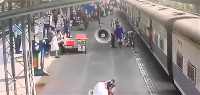 Viral Pria Ini Selamatkan Orang yang Nyaris Terlindas Kereta Api (24124)