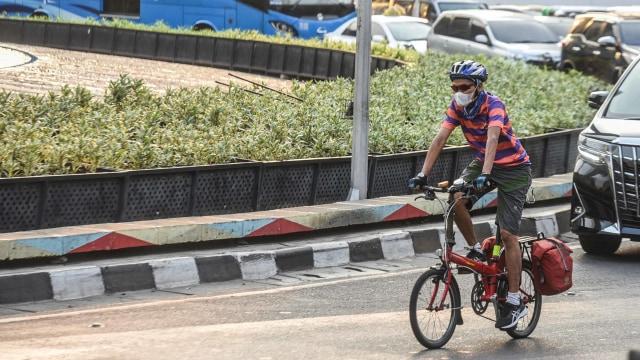 Pesepeda Tabrak Mobil Parkir karena Keasyikan Main Ponsel Sambil Gowes (239559)