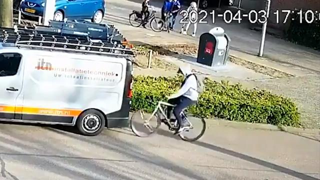 Pesepeda Tabrak Mobil Parkir karena Keasyikan Main Ponsel Sambil Gowes (239560)