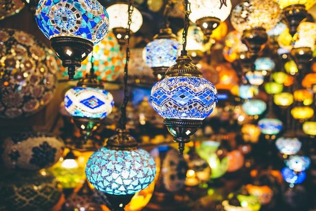 Tradisi Ramadhan di Benua Eropa, dari Pasang Lampion hingga Basuh Muka di Gua (259490)