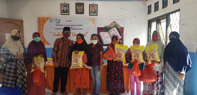 Yayasan Al Multazam Flores Bagikan Sembako bagi Warga Kurang Mampu di Maumere  (358618)