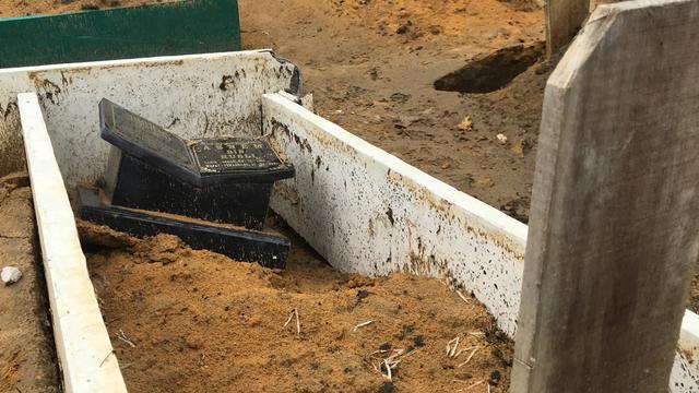 Hujan Semalaman Sebanyak 30 Makam di TPU Air Hitam, Pekanbaru, Ambles (94178)