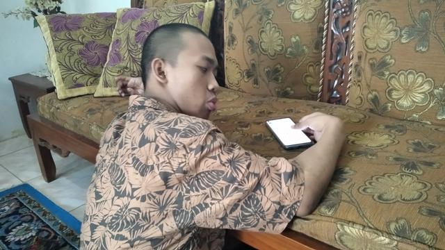 Disabilitas Tak Halangi Indra untuk Menulis Buku dan Memberdayakan Sesama (15883)