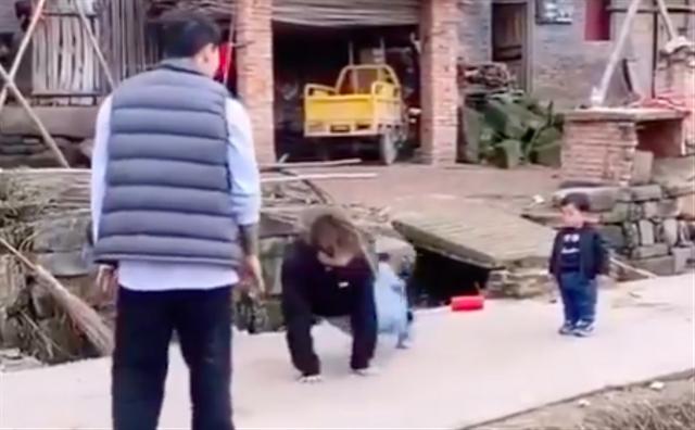Kocak, Anak Kecil Ini 'Adu Joget' dengan 3 Pria Dewasa (822070)